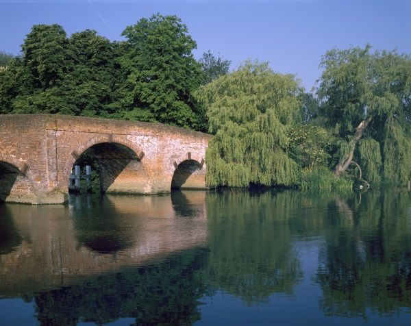 SONNING. EARLY MORNING ON THE RIVER THAMES AT SONNING THE BERKSHIRE VILLAGE